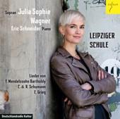 """Cover der CD """"Leipziger Schule"""", Julia Sophie Wagner lehnt in einer Lederjacke mit verschränkten Armen an einer Mauer."""